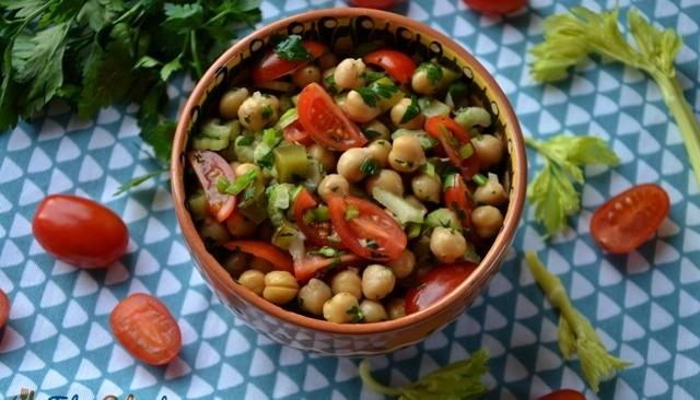 Sałatka z cieciorki, pomidorków i kiszonego ogórka