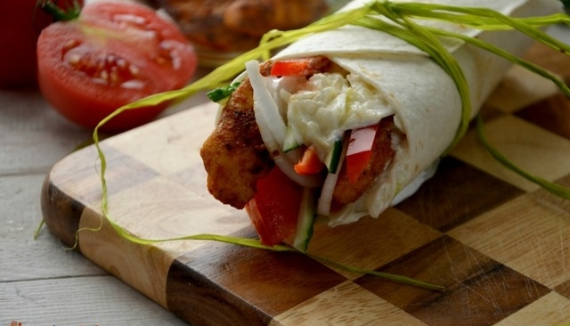 Tortilla z kurczakiem i surówką z kapusty
