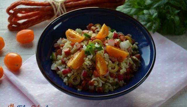 Sałatka z kaszą bulgur, warzywami i kabanosami