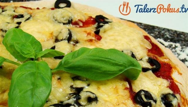 Pizza z salami i czarnymi oliwkami