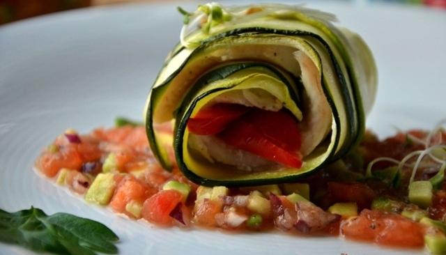 Roladki z dorsza z cukinią i papryką podane z salsą z pomidorów i avocado