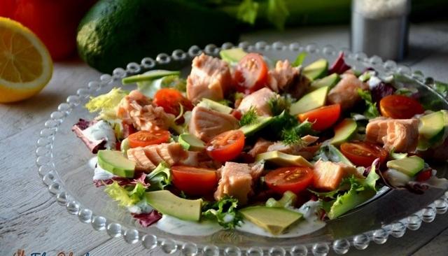 Sałatka z łososiem i avocado