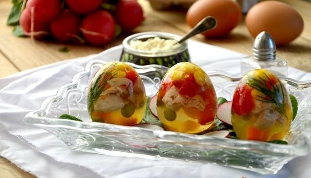 Jajka galaretki z kurczakiem i warzywami